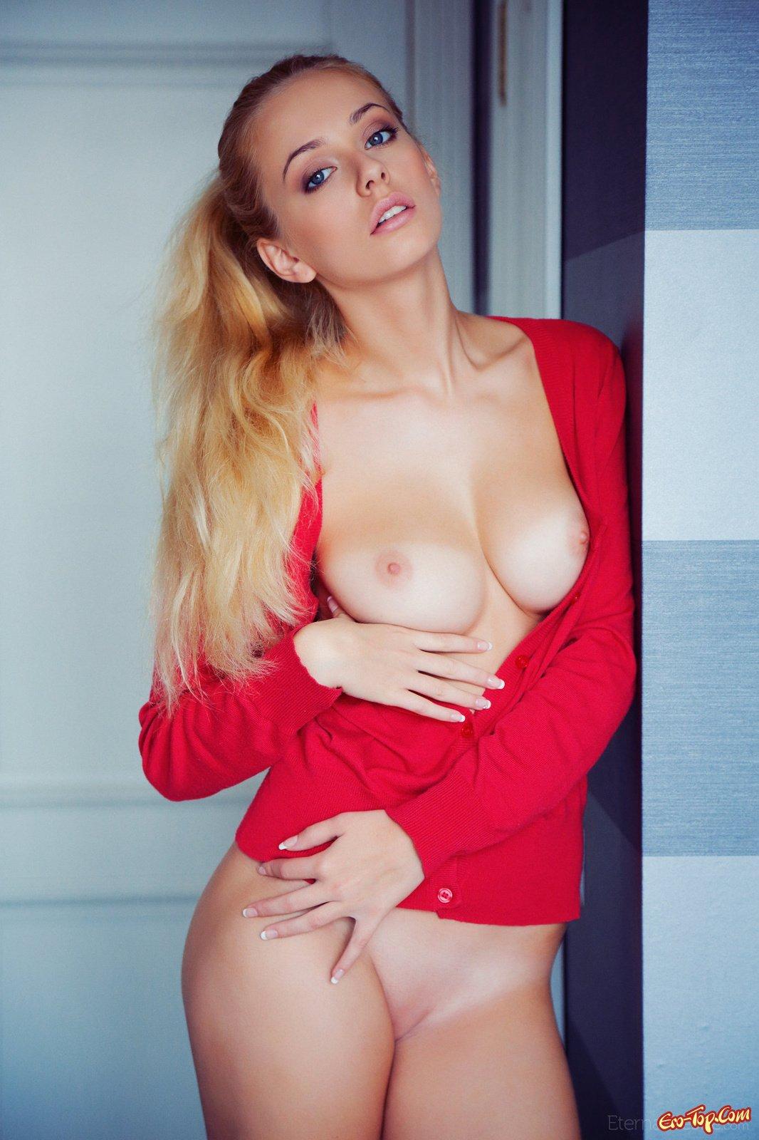 Модель со свелыми волосами в красной кофточке