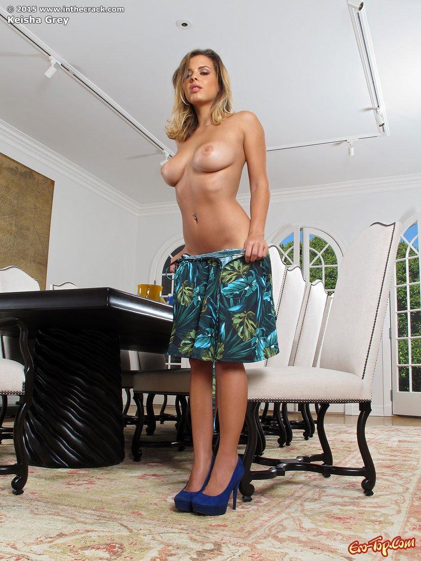 Keisha Grey обнажила вульву