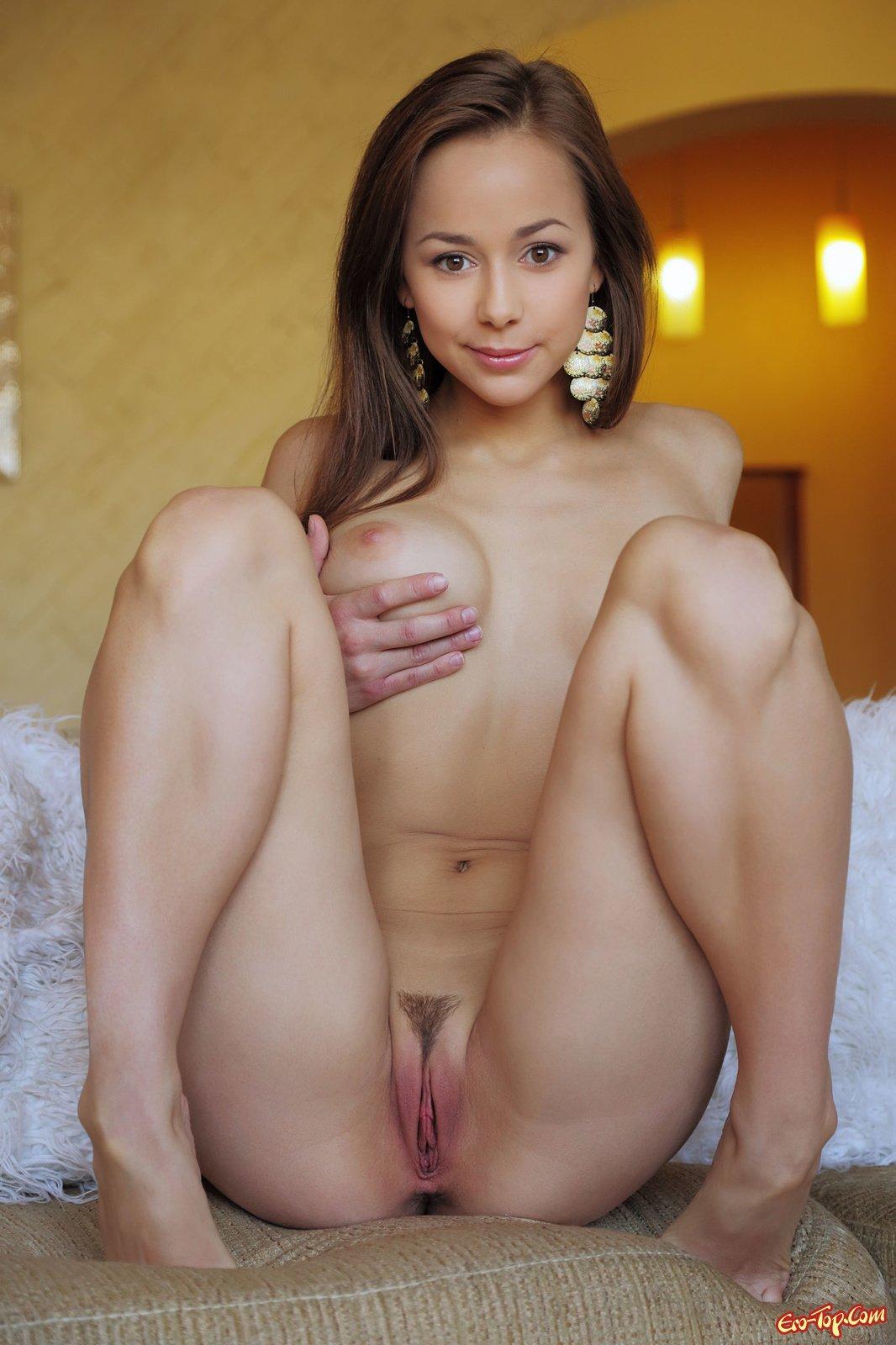 Молоденькая титястая красотка секс фото