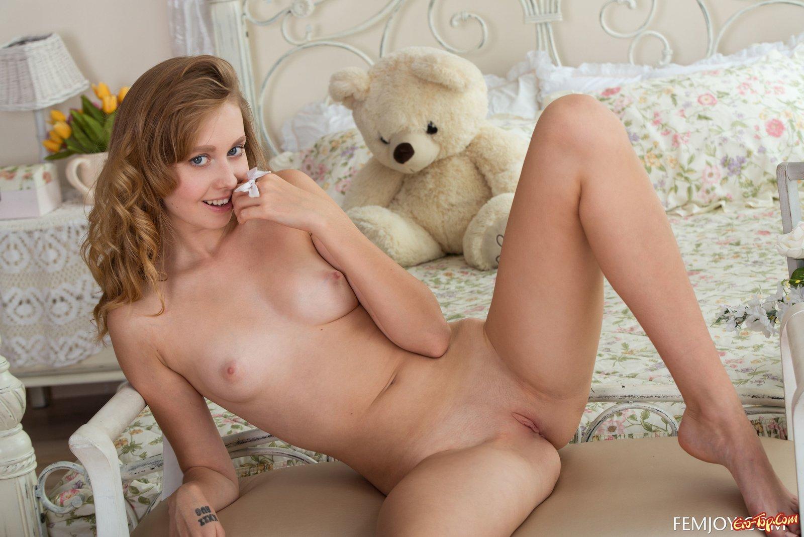 Худосочная Юная и голая