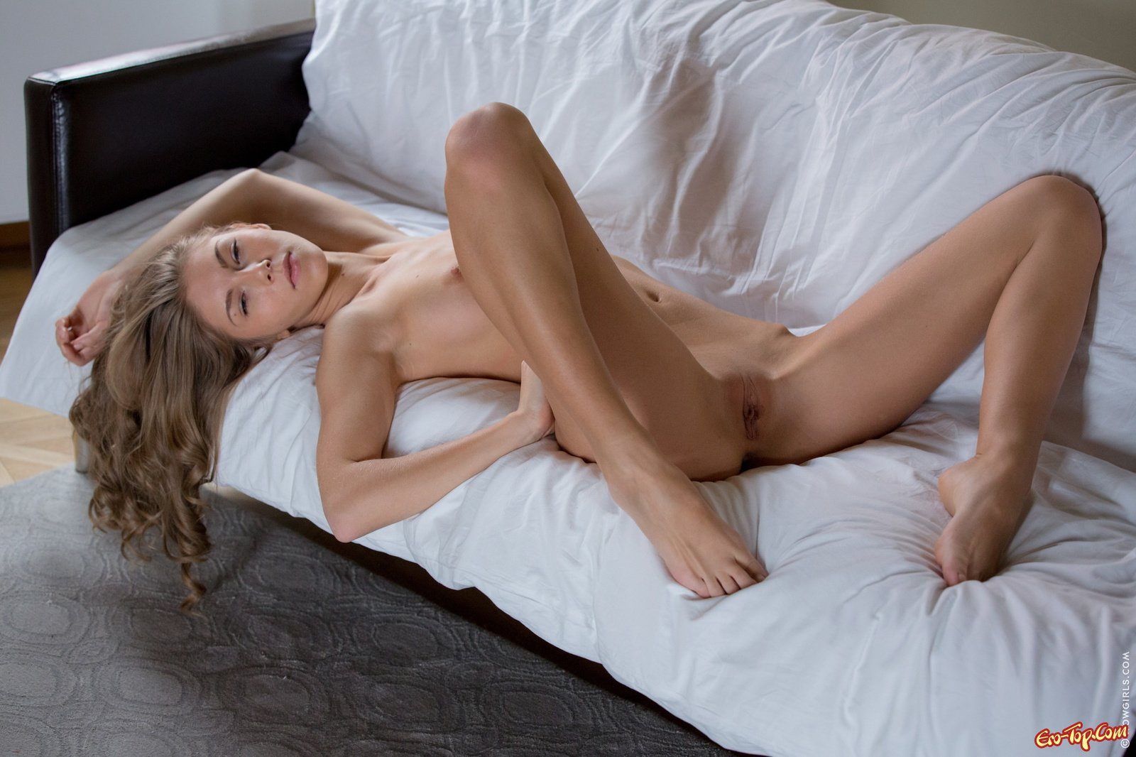 Кудрявая обнаженная блонди секс фото