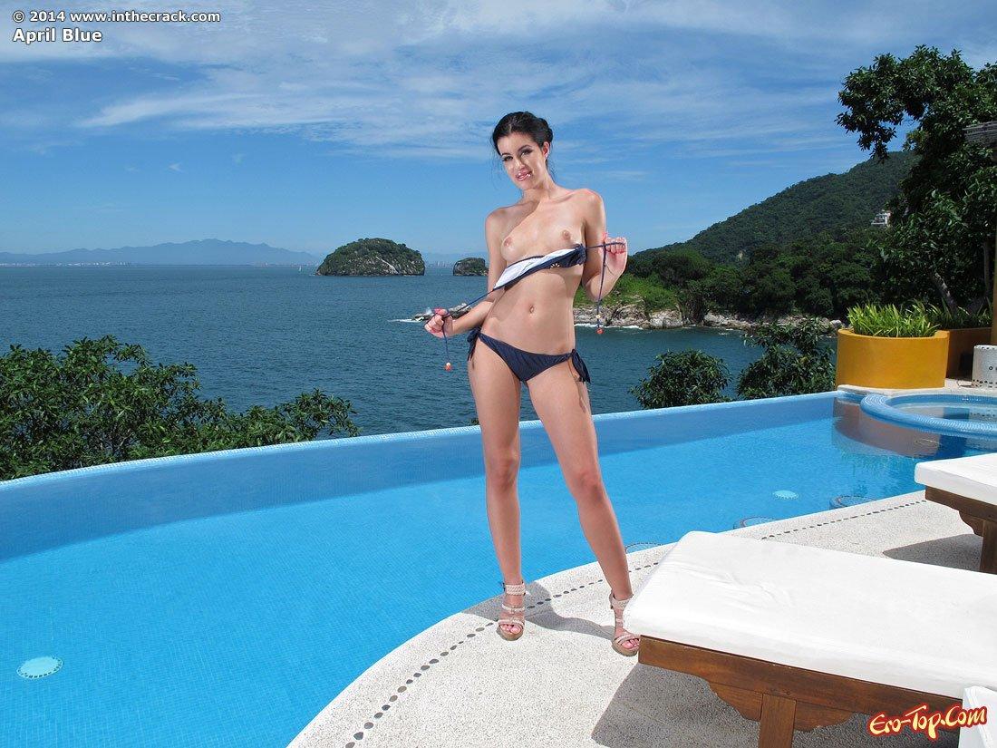 April Blue в бассейне
