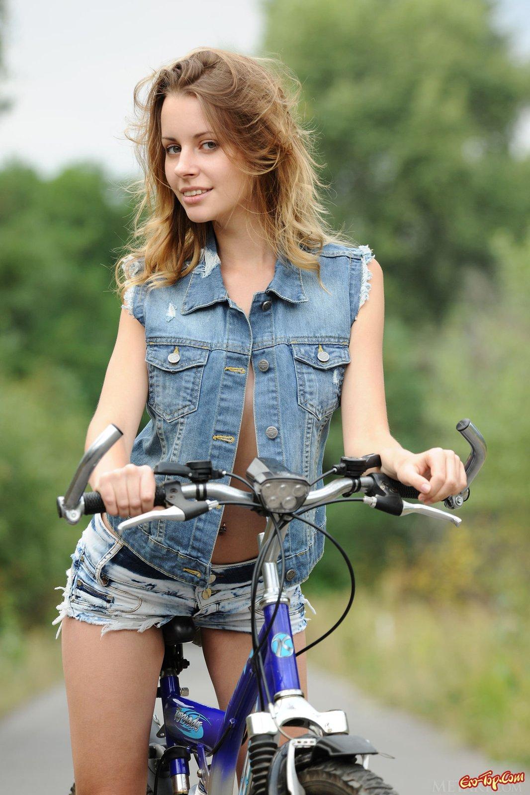 Голая на велопрогулке