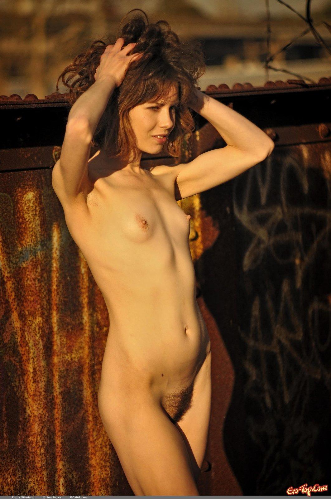 Emily Windsor с волосатым лобком