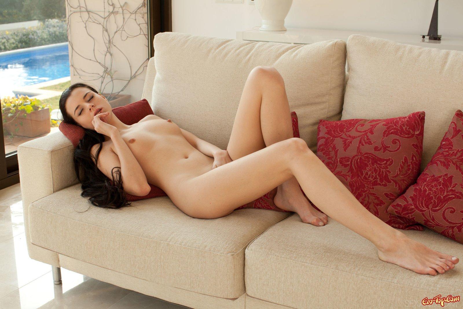 Valeria Alexa голая на софе