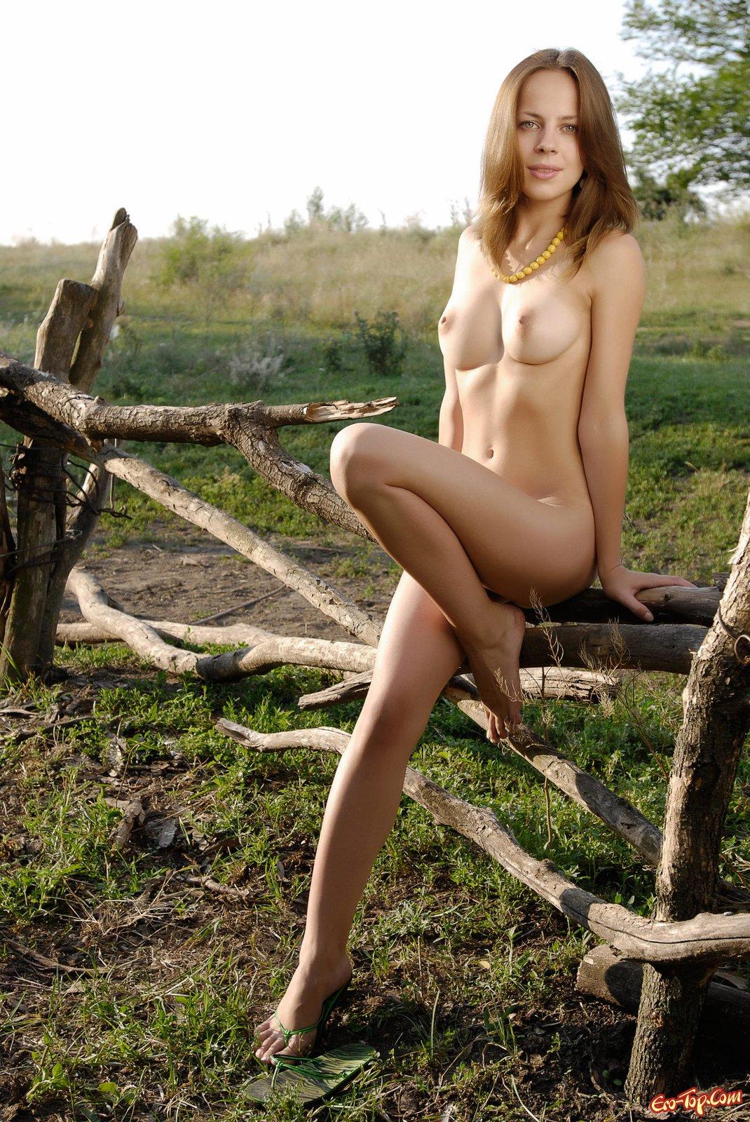 Стройная голая девушка возле окна 6 фото
