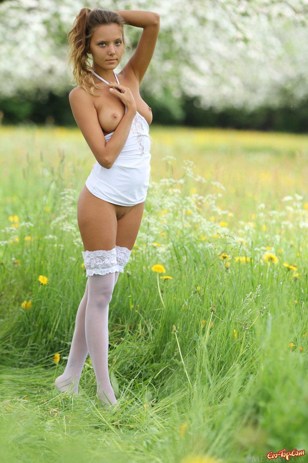 Katya Clover в чулках на природе