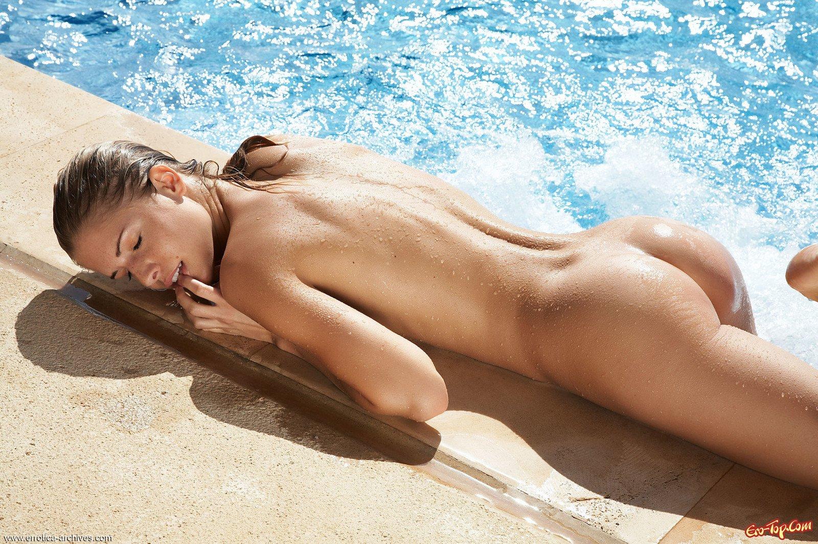 Iveta Vale в бассейне