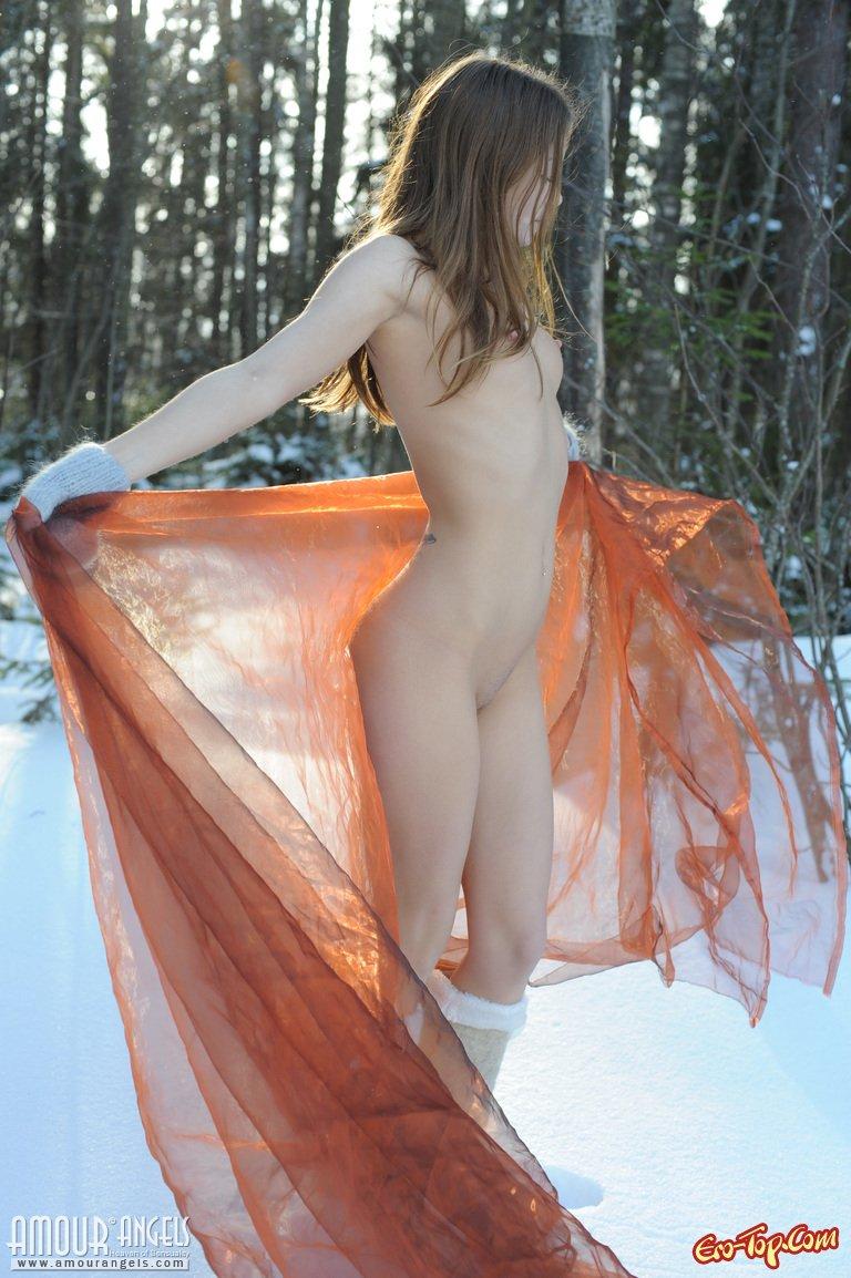 Голая в снегу