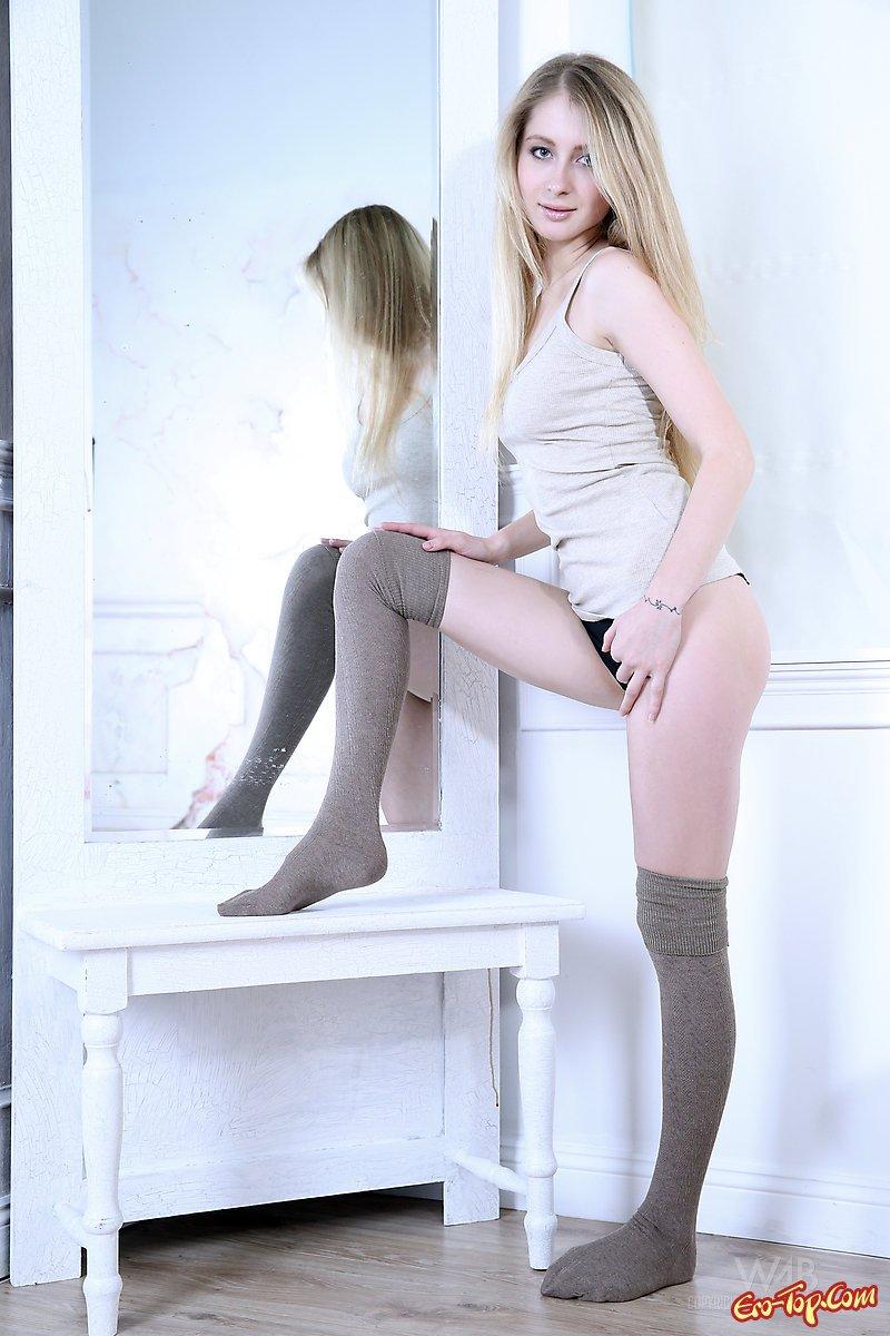 Идеальная блондиночка Daisy Gold