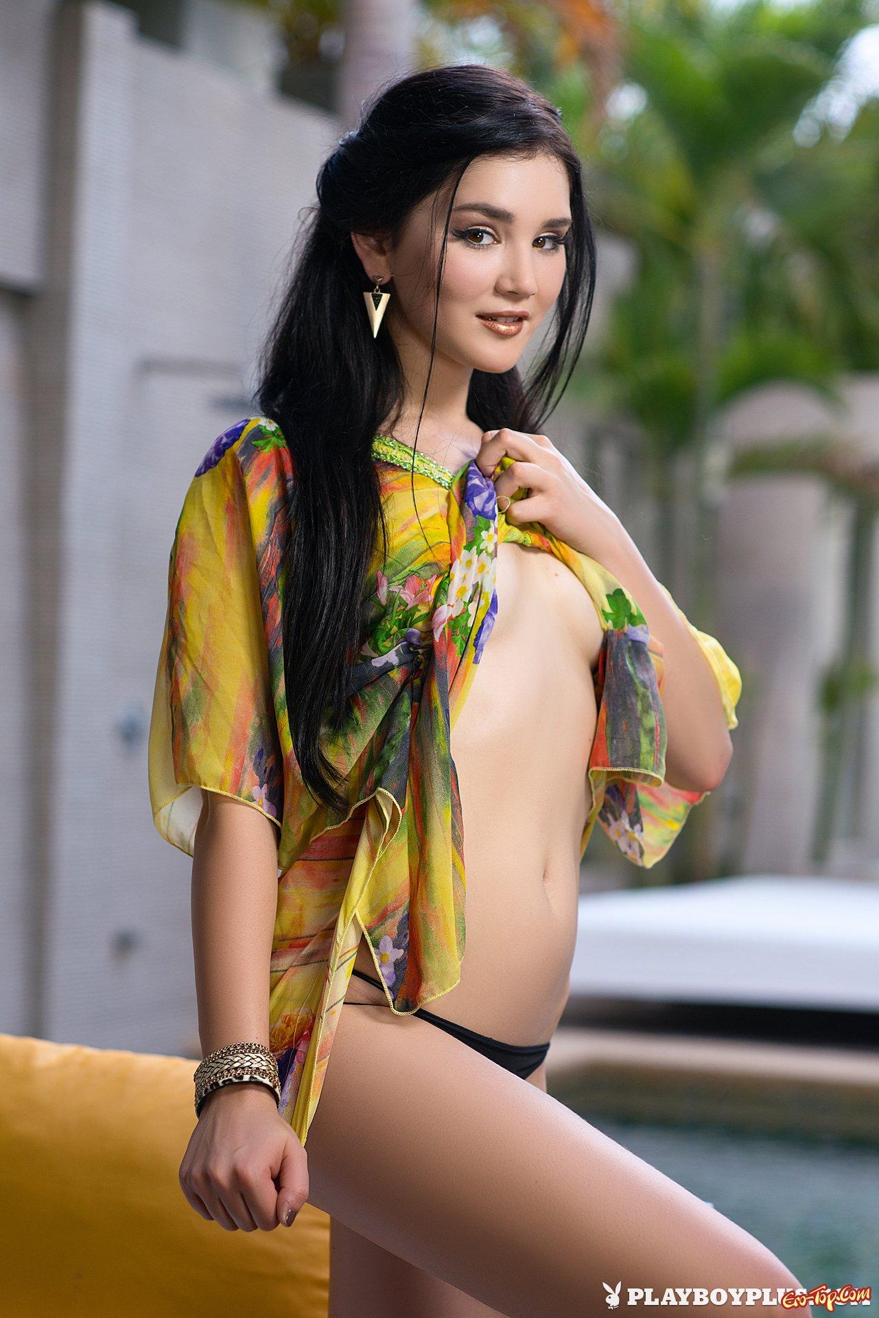 Азиатка с гладкой киской