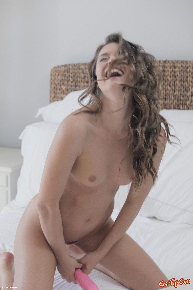 Tori Black голая в кровати