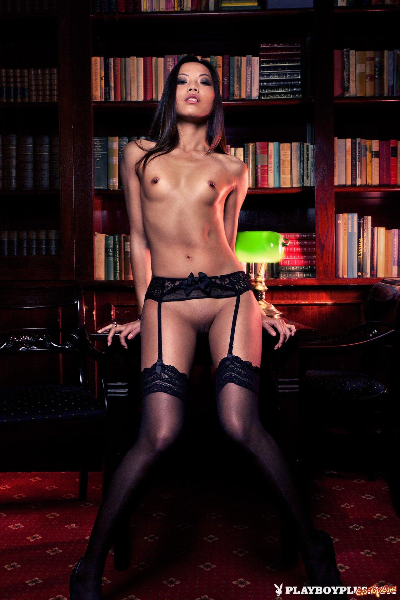 Азиатка в библиотеке