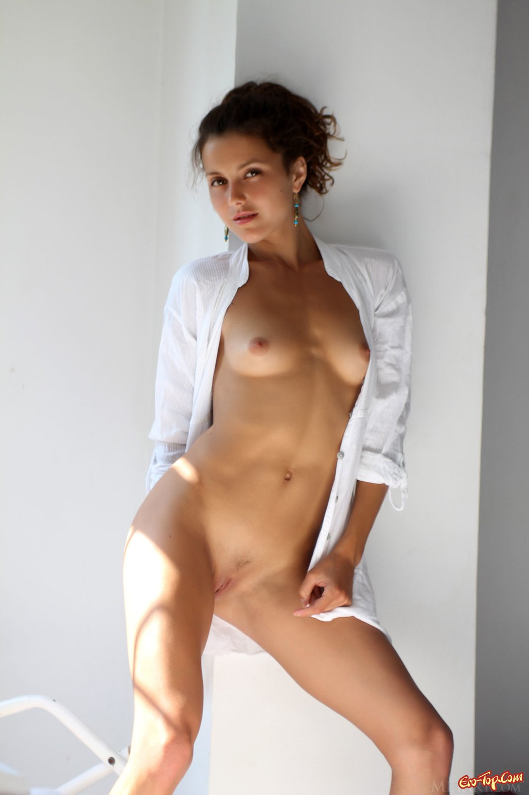 Divina A в белоснежной рубашке