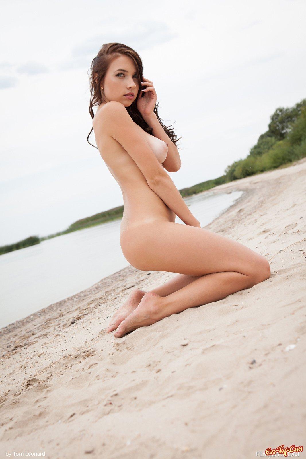 девушка раздевается на пляже видео