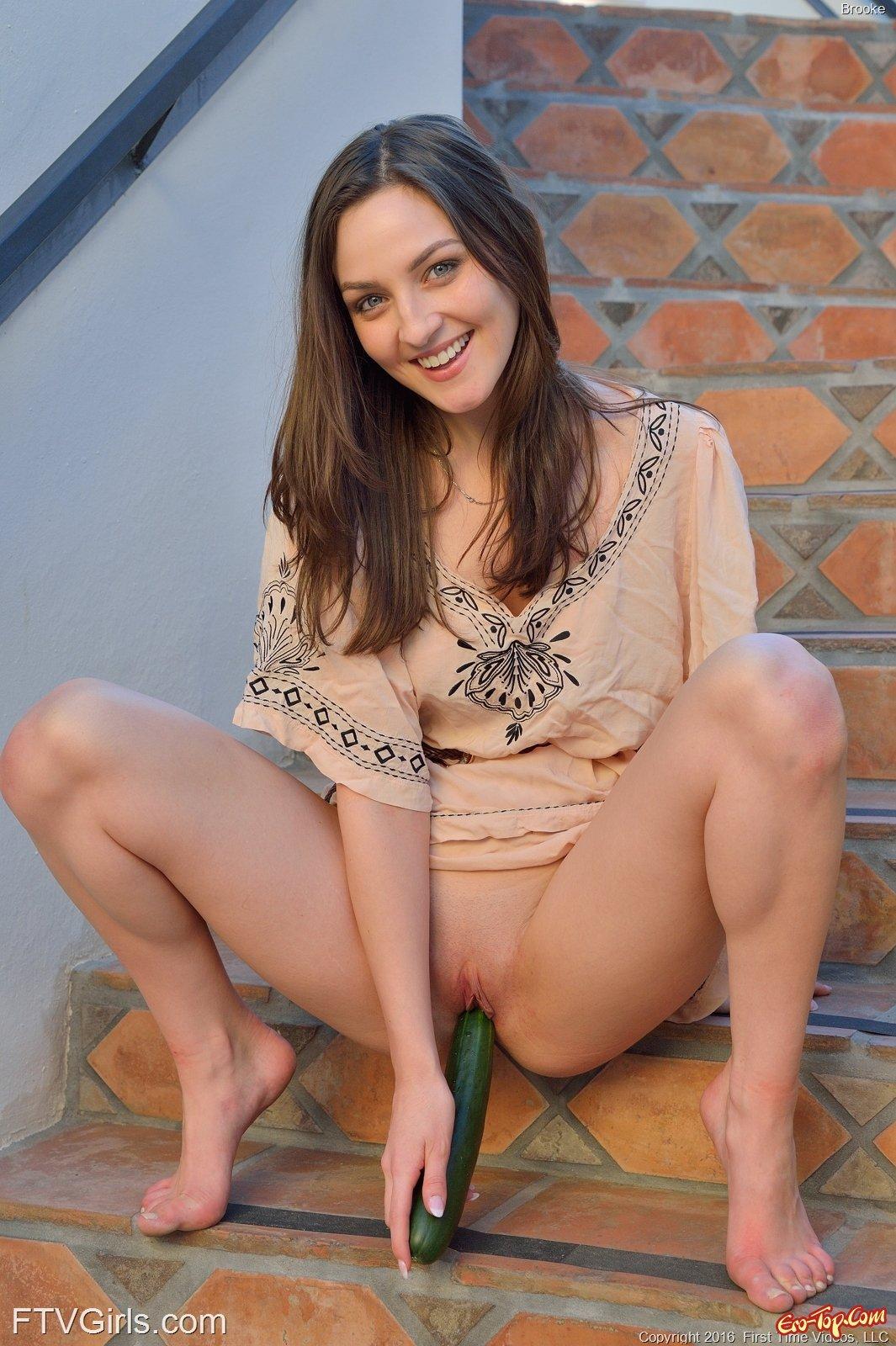 Огурец в письке Brooke Banner секс фото