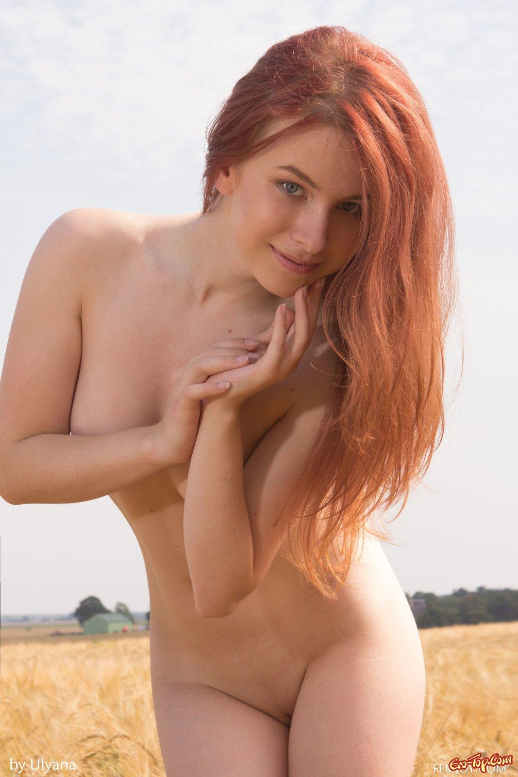 Обнаженная сучка в поле