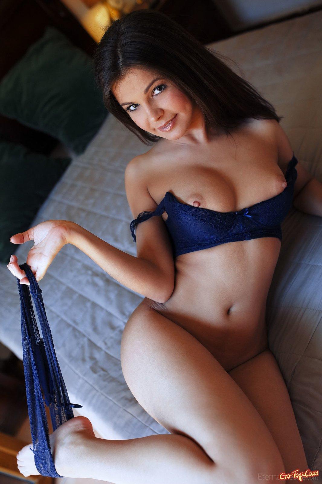 Сексуальная брюнетка