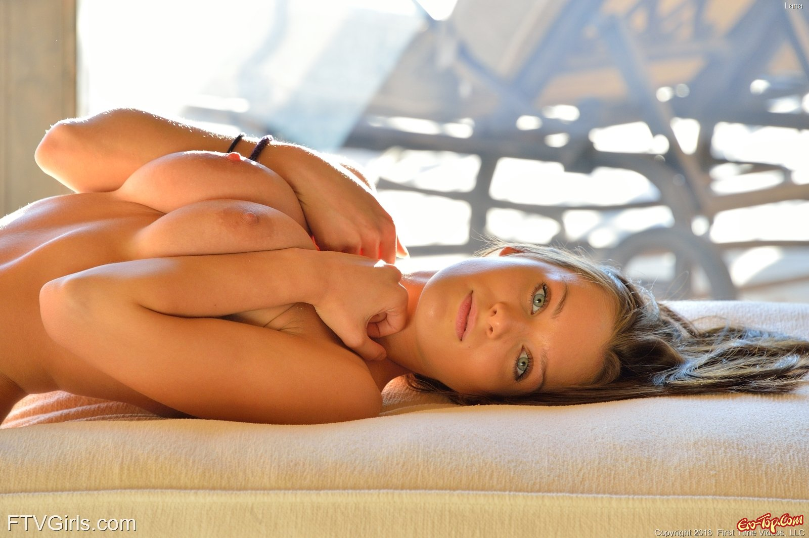 Раздетая красотка секс фото