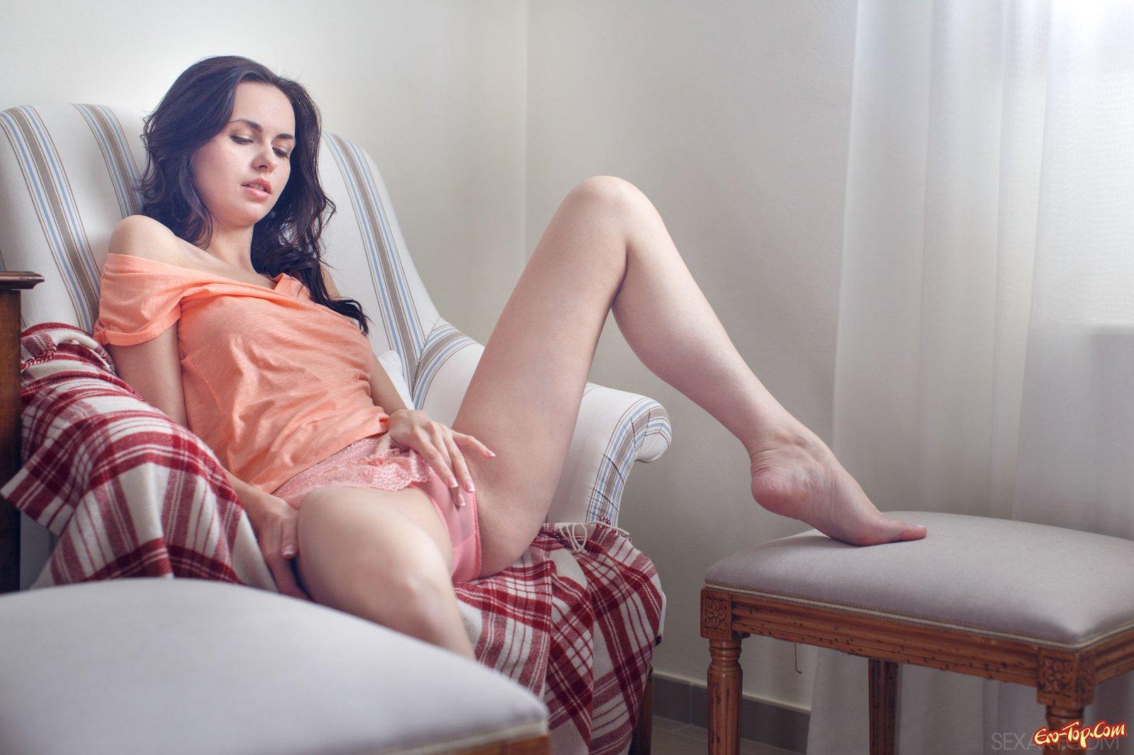 Молоденькая русая порноактрисса