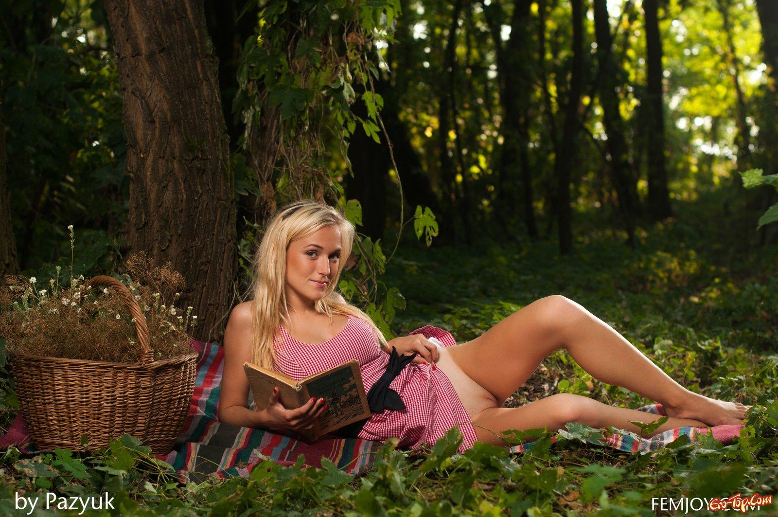 Нагая блондинка на природе