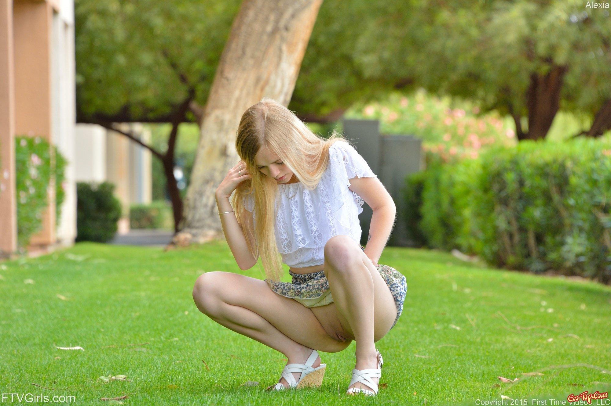 Девушка снимает юбку.