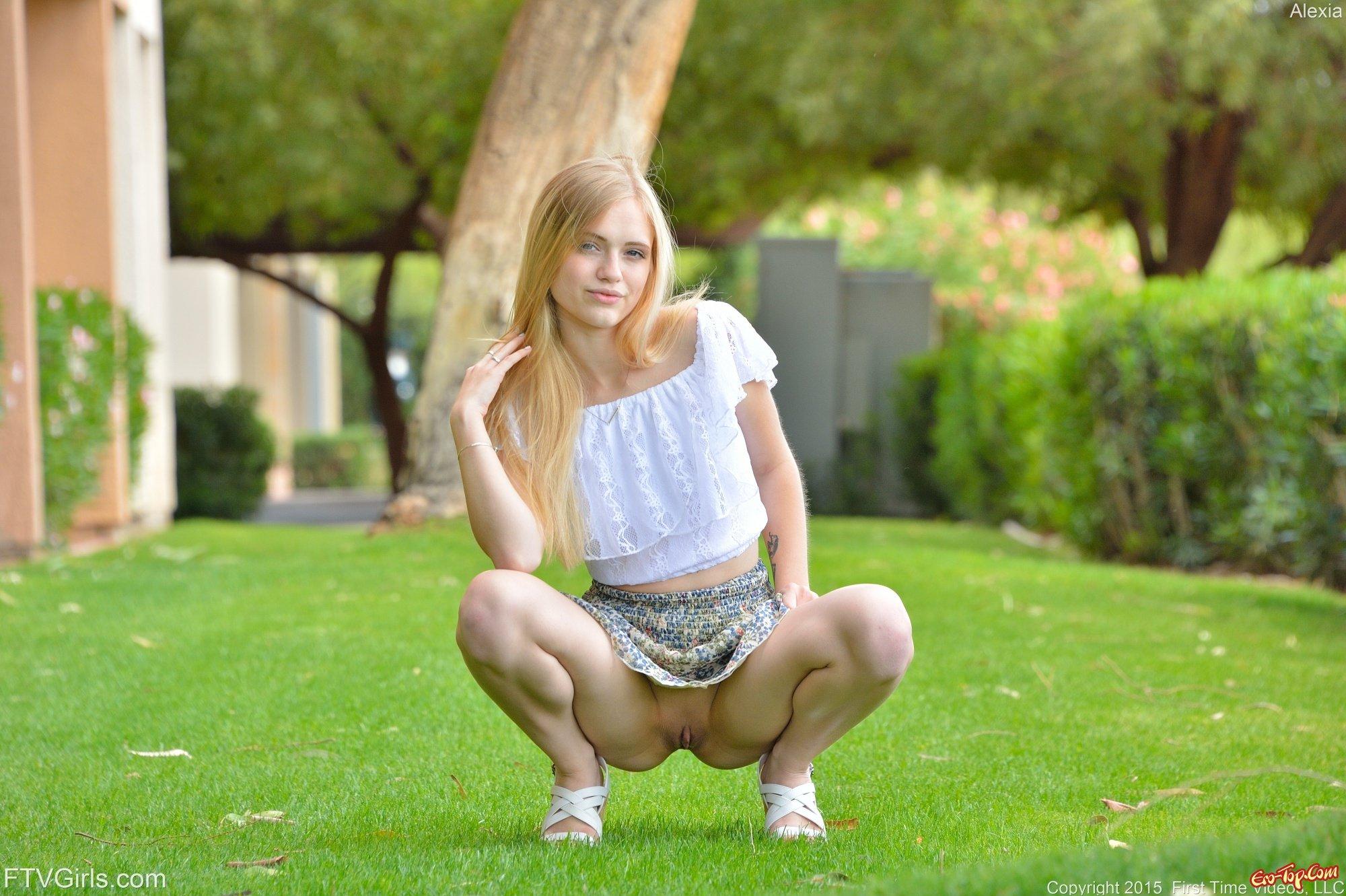 Девушка снимает юбку