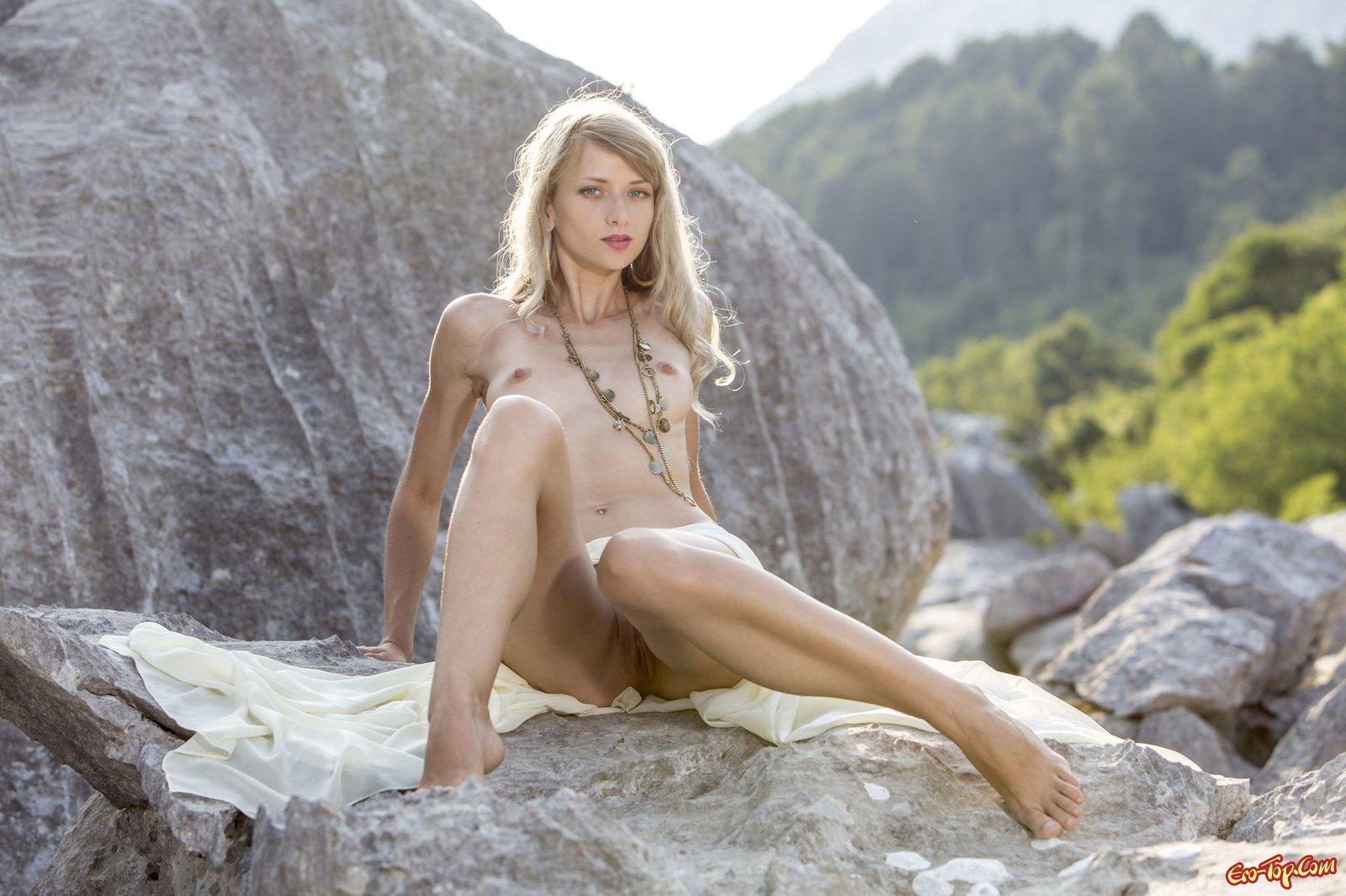 Стройная голая блондинка