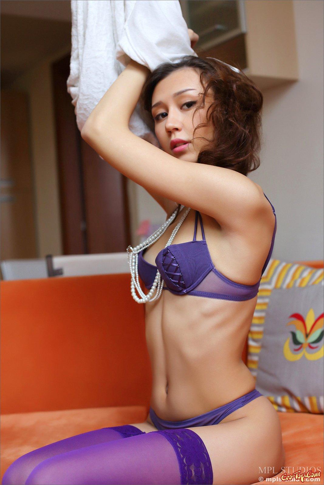 Девка в фиолетовом белье