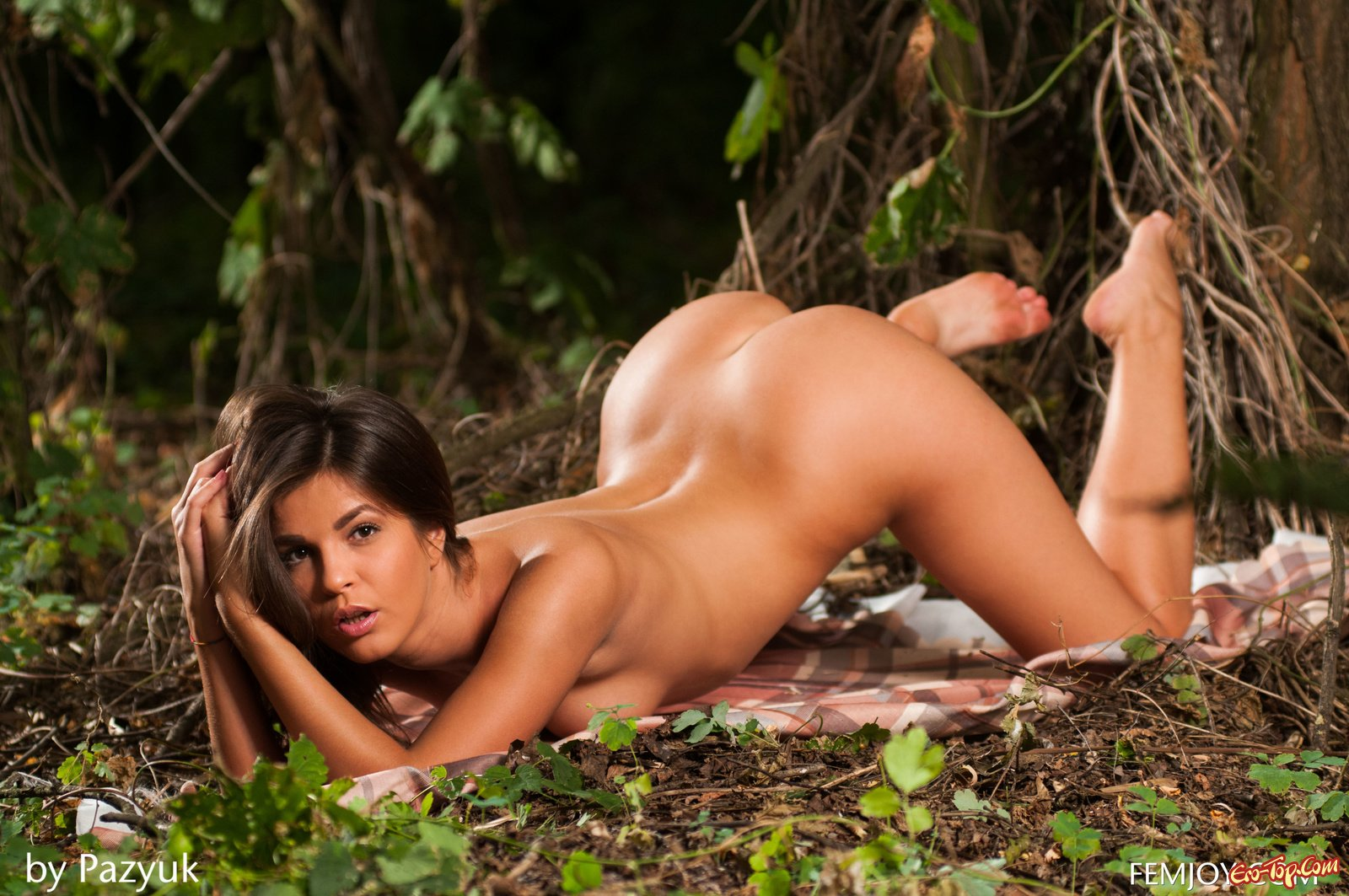 Голая мадам под деревом