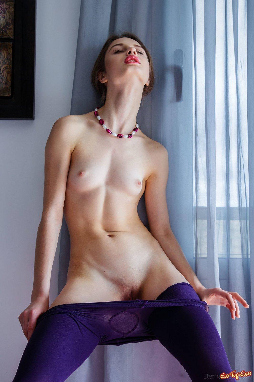 Чика снимает колготки секс фото