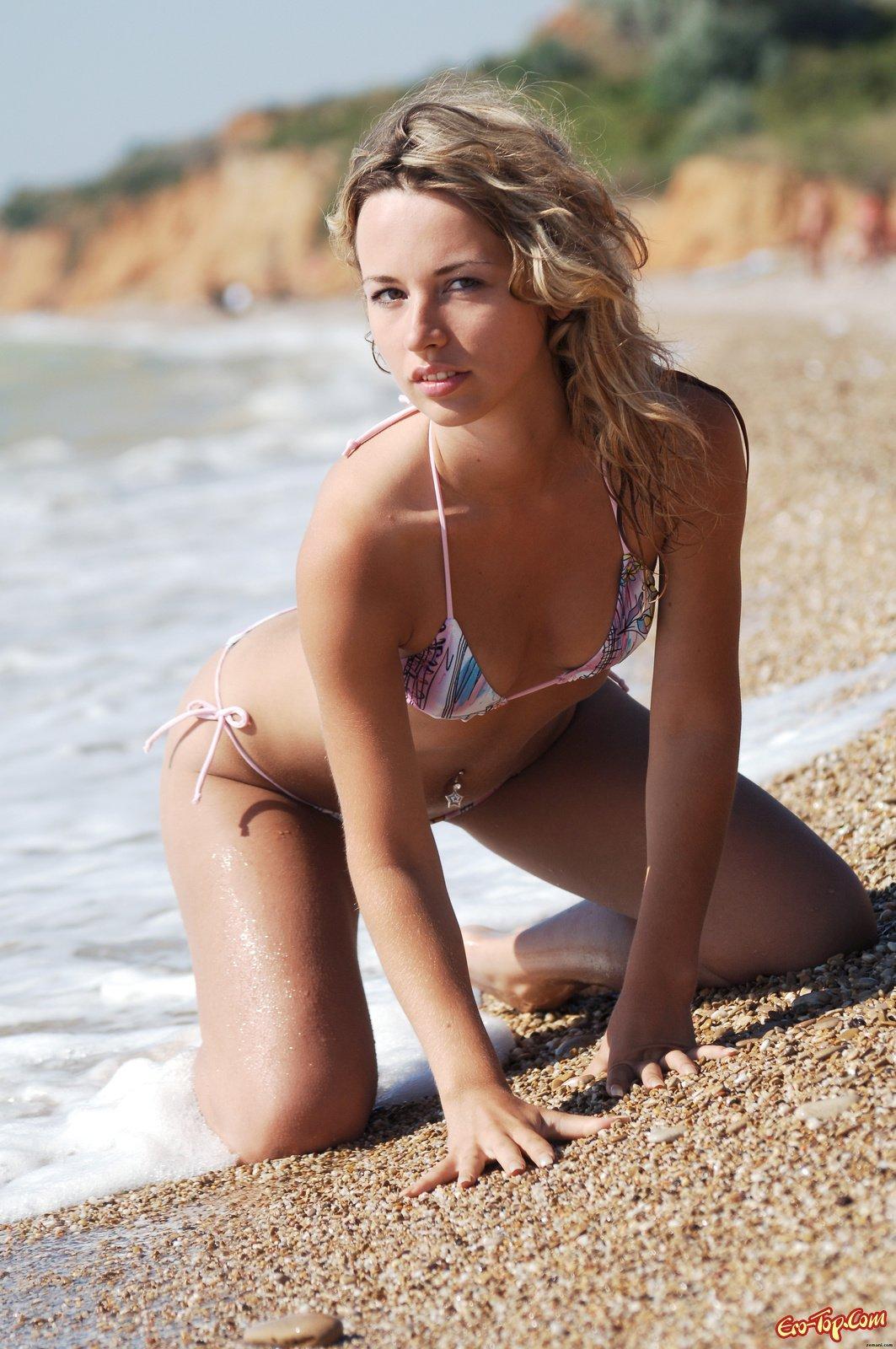 Нудистка на берегу моря