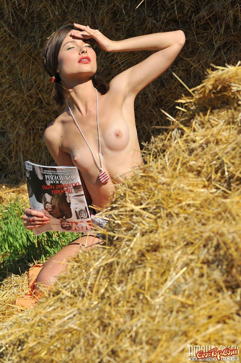Раздетая шлюшка на ферме