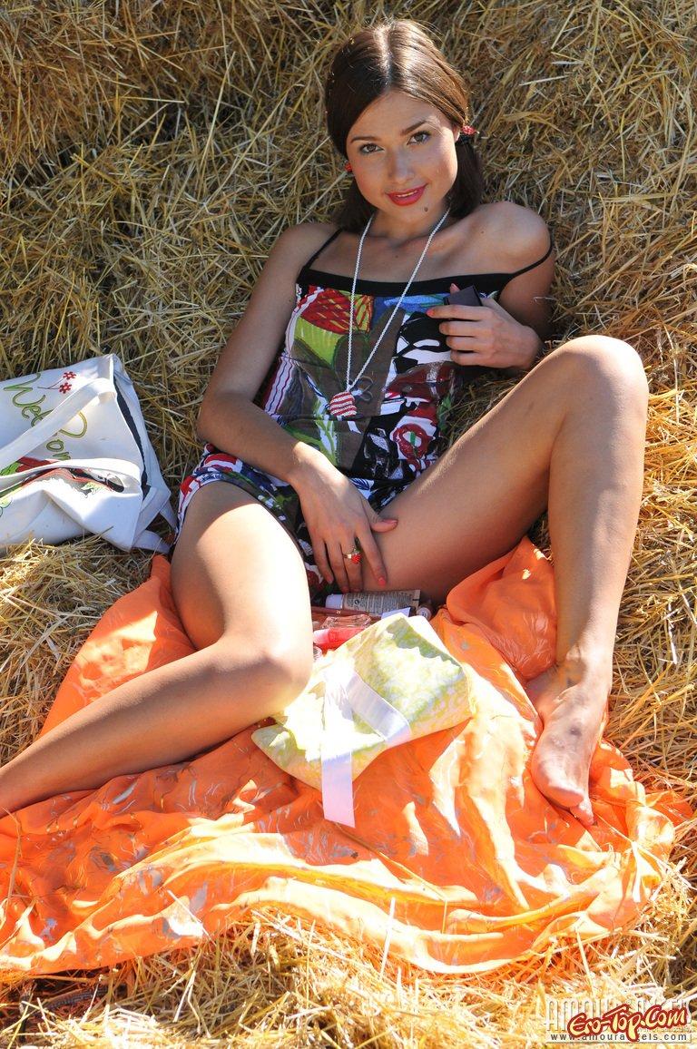 голые девушки на ферме