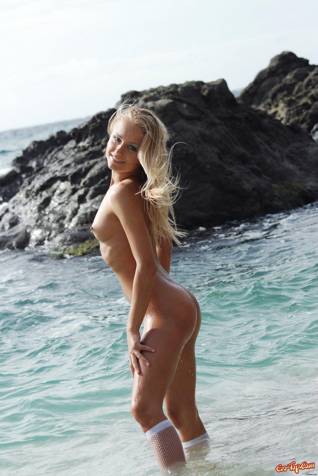 Купается голой в море