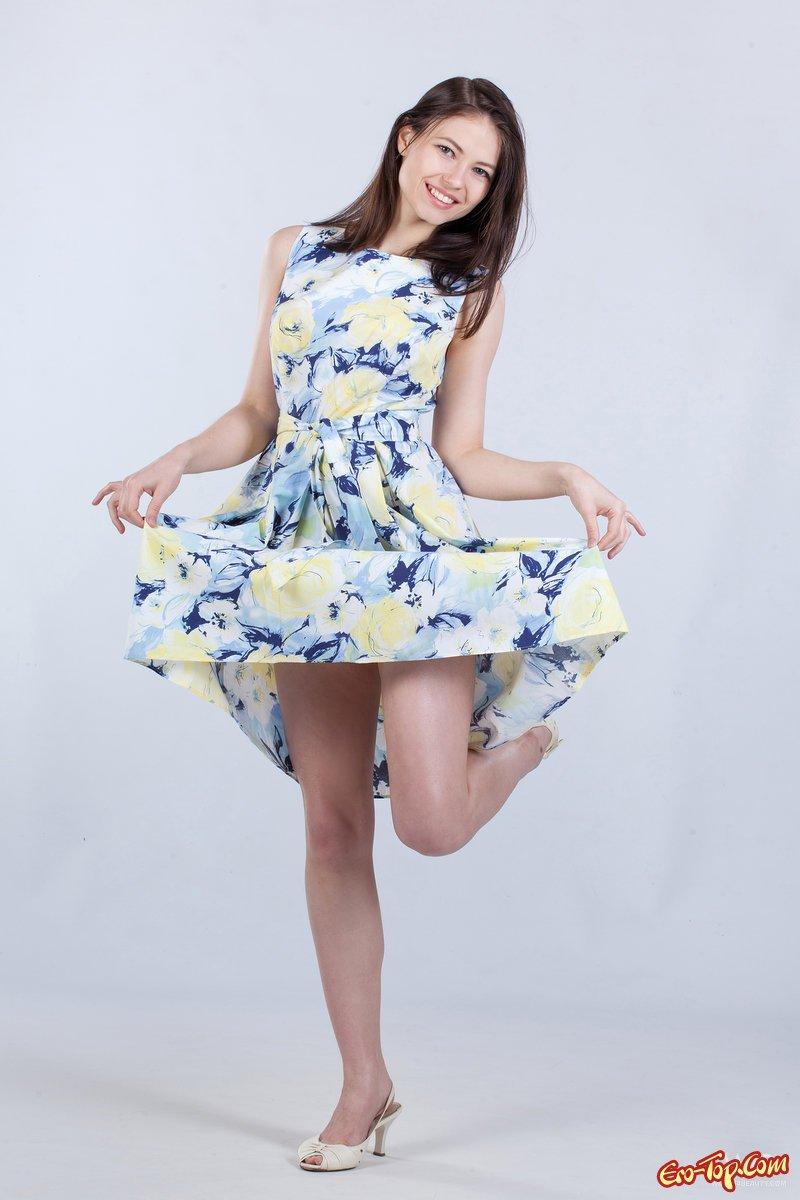 Красивая модель с темными волосами снимает платье