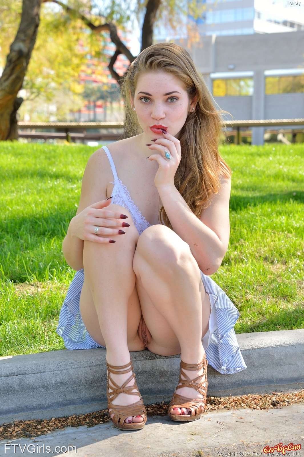 молодые девушки фото голые