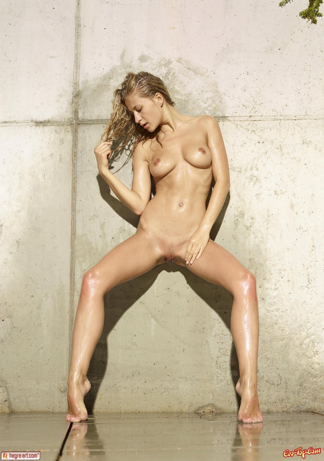 Голая мокрая блондинка Darina Litvinova