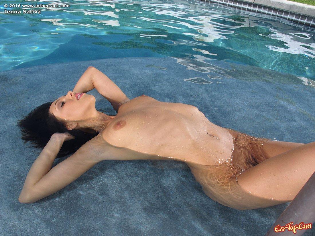 Jenna Sativa снимает бикини