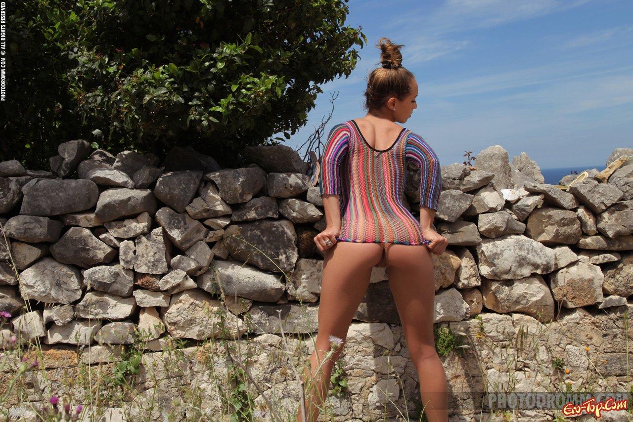 Молодая девушка с большой грудью