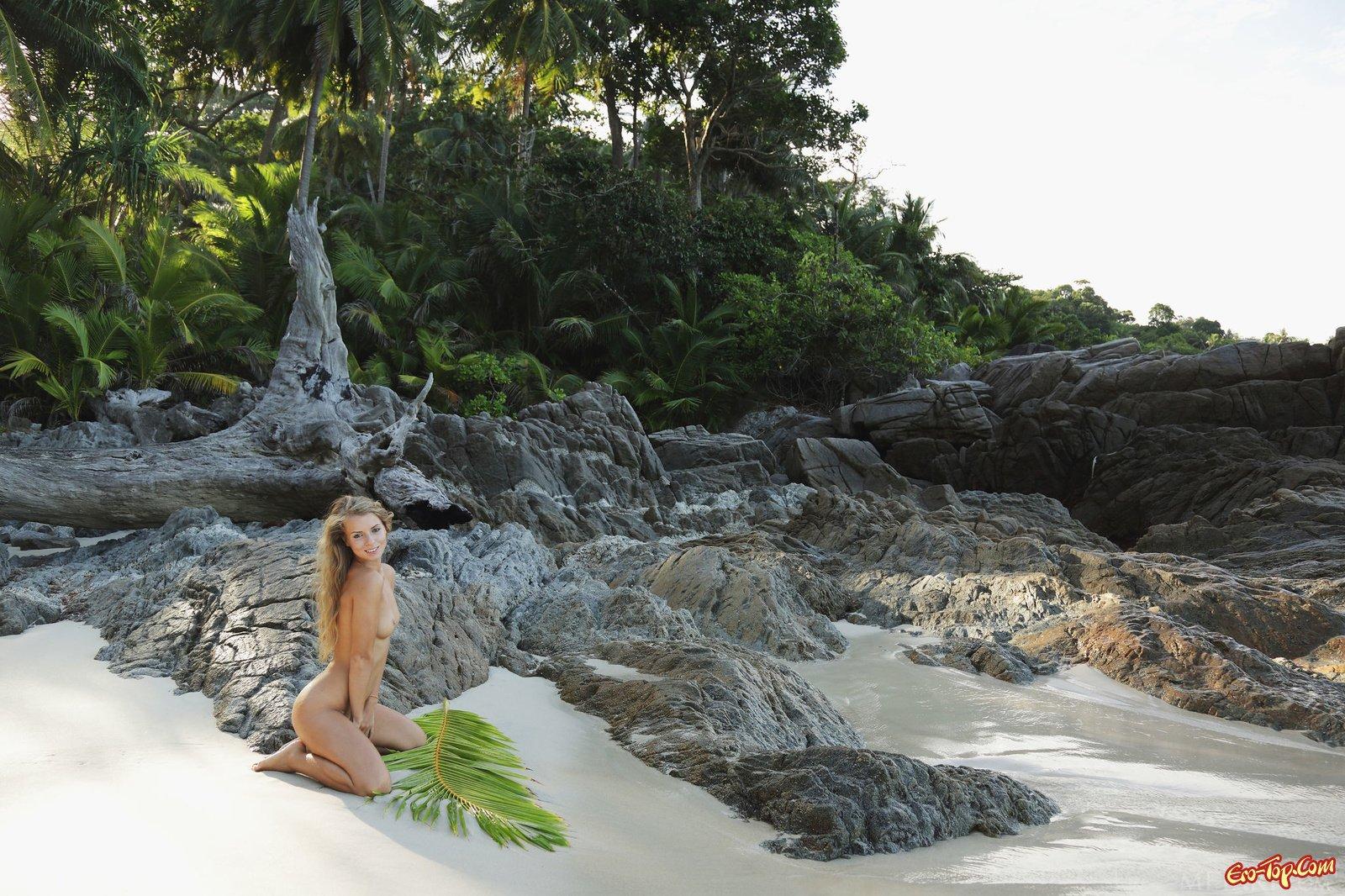 20-летняя тёлка на берегу моря