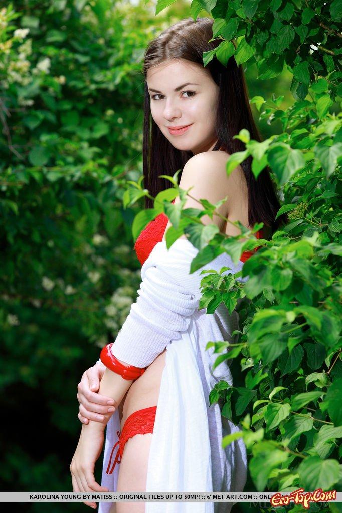 Девушка в красном белье