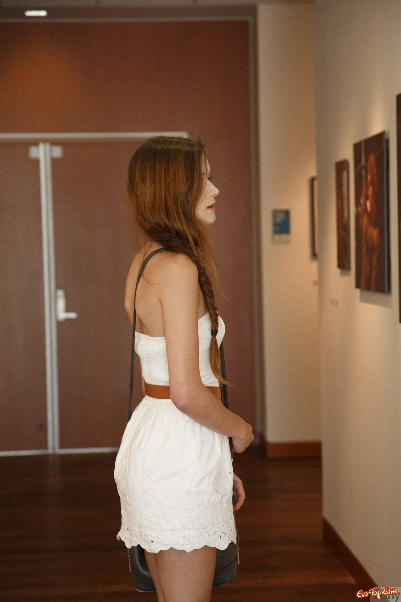Телка с задранным платьем секс фото