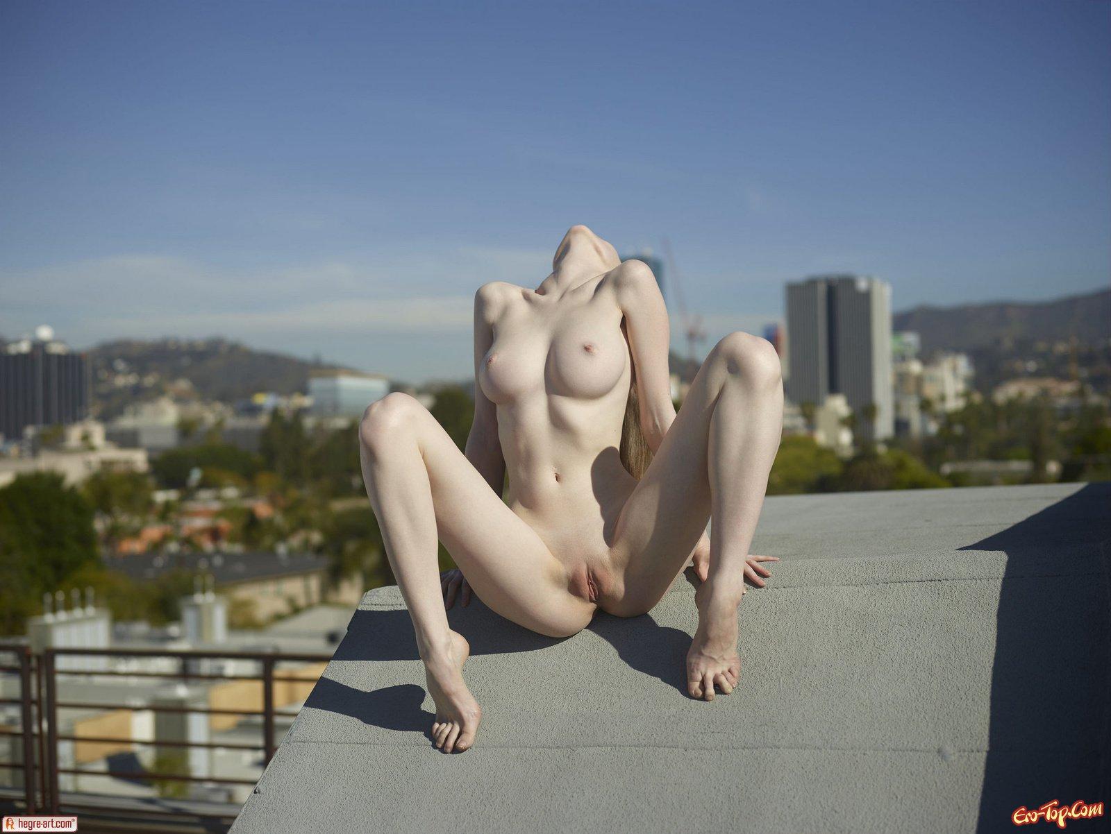 Голая на крыше