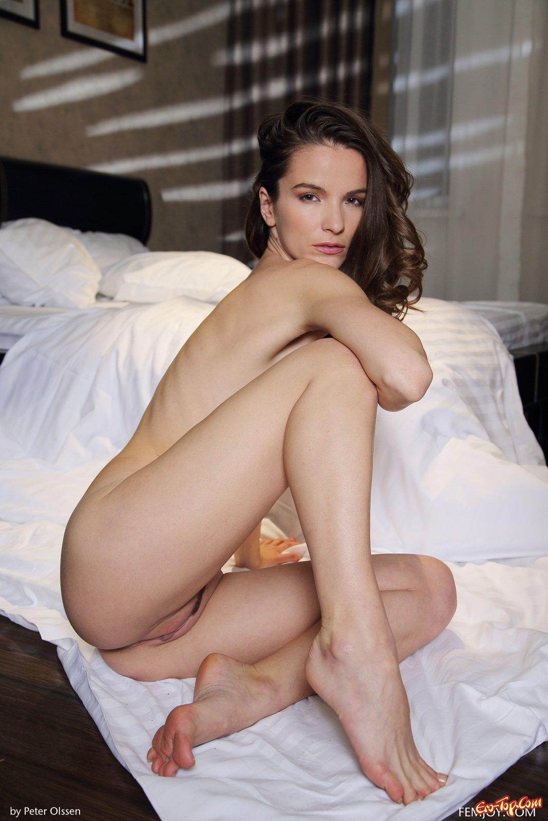 Девушка перед сном в спальне