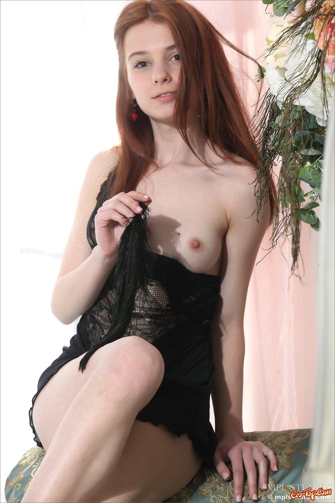 Нежная голая девушка