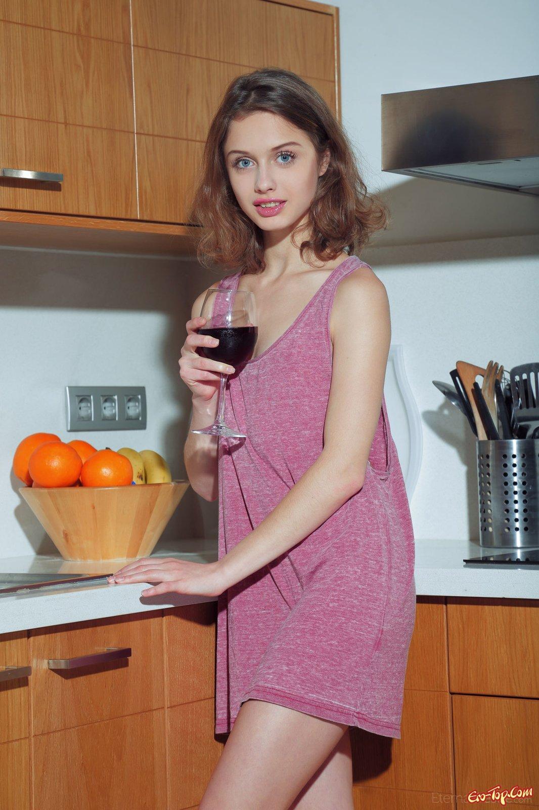 Сняла трусики на кухне 25 фотография
