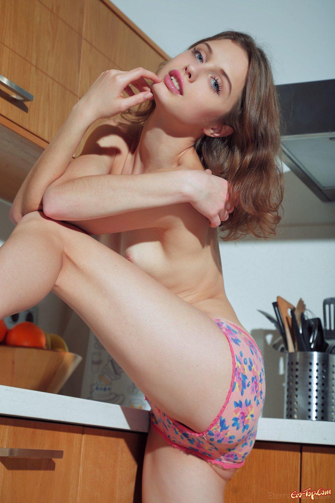 Нагая Clarice A на кухне