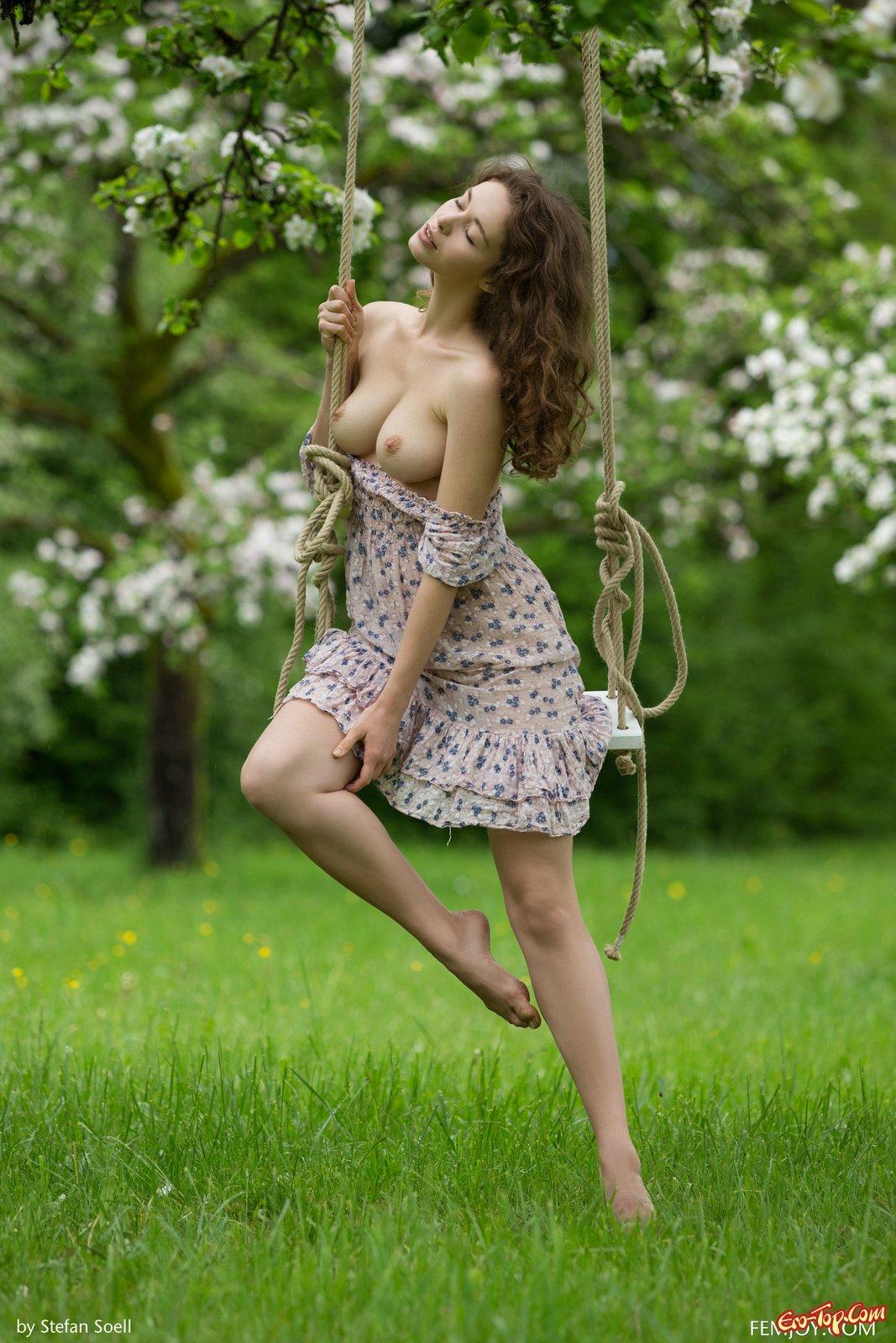 Девка с идеальными буферами на качелях