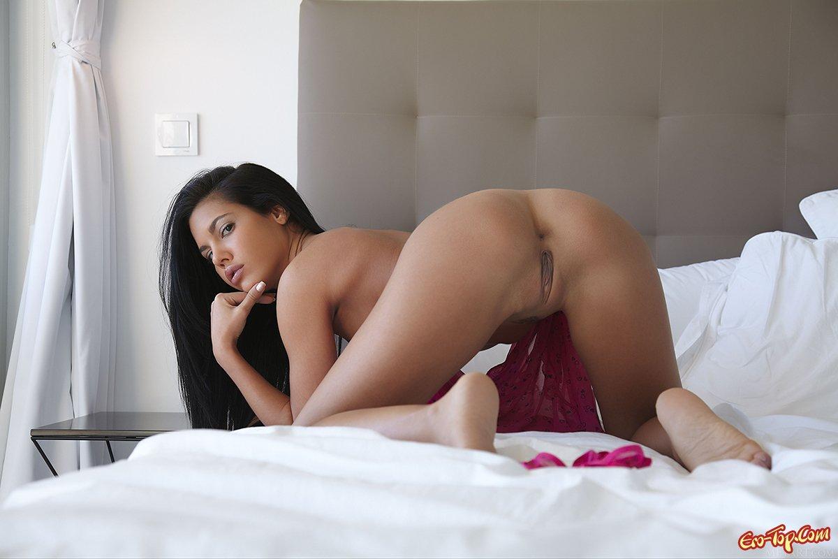 Мулатка на постели